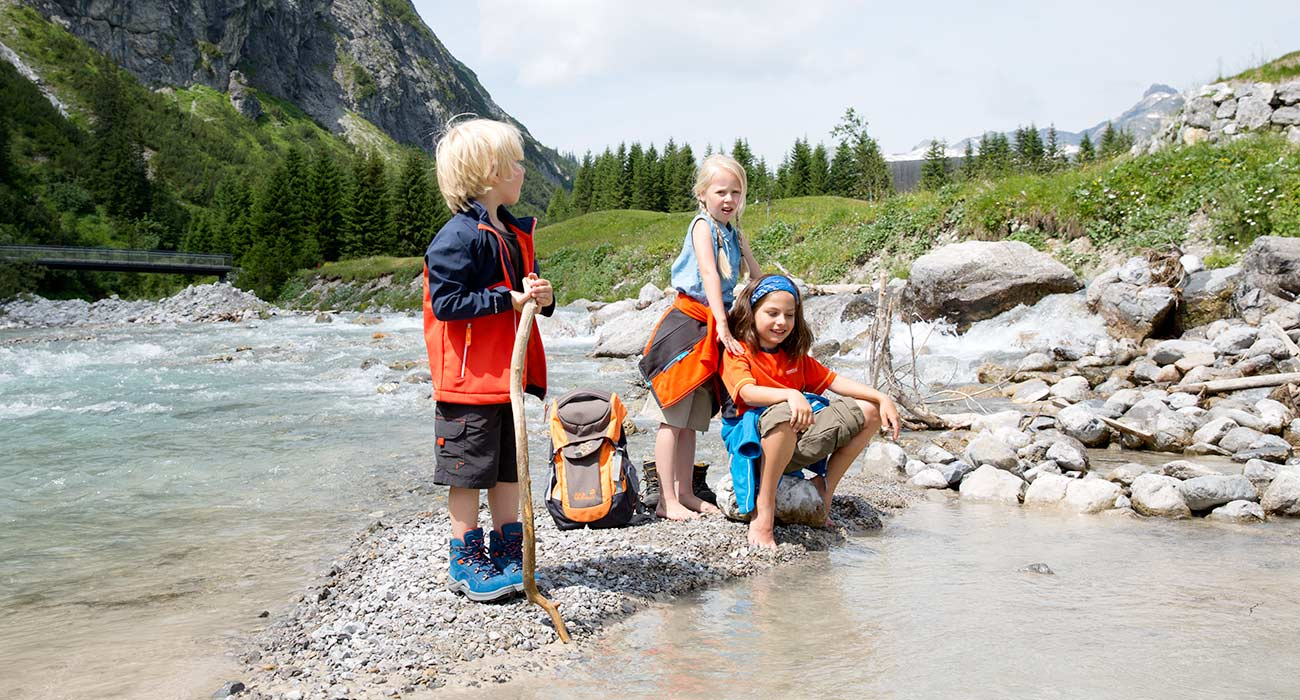 Kinder am Fluss in Lech am Arlberg